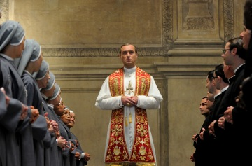 FOX_Premium_-_The_Young_Pope_-_Jude_Law_es_Pio_XIII_(1.jpg