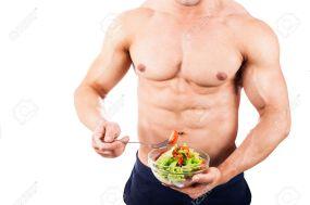51081244-Hombre-de-cuerpo-sano-con-ensalada-fresca-Foto-de-archivo.jpg
