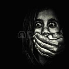 16576029-horror-retrato-de-una-nina-muy-asustada-con-una-mano-tapandose-la-boca-adulto-aislado-sobre-un-fondo.jpg