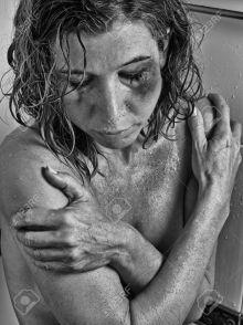 38160272-Las-mujeres-maltratadas-en-la-ducha-Foto-de-archivo.jpg