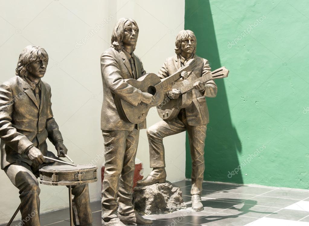 depositphotos_61101789-stock-photo-statue-honoring-the-beatles.jpg