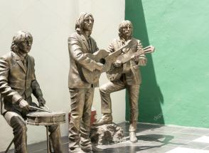 depositphotos_61101789-stock-photo-statue-honoring-the-beatles.jpg