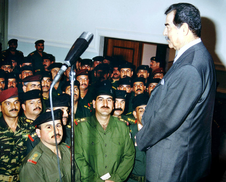 39817698_SaddamHusseinwithIraqimilitaryofficers.jpg