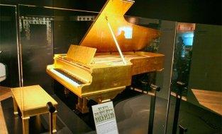 subastan-piano-banado-en-oro-d-jpg_700x0.jpg