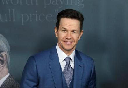 epa06398032 US actor and cast member Mark Wahlberg arrives for the 'All the Money in the World' movie premiere in Beverly Hills, California, USA, 18 December 2017. The movie will be released in US cinemas on 25 December 2017. EPA/EUGENE GARCIA