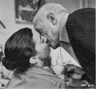 Picasso y Jacqueline Roque_El beso_Douglas Duncan.jpg
