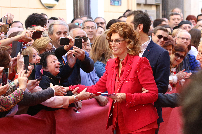 europapress-1450489-en-almeria-la-actriz-sofia-loren-ofrece-una-rueda-de-prensa-descubre-la-estrella-de-la-fama-en-el-marco-del-festival-de-cine-foto-rafa-gonzalez.jpg