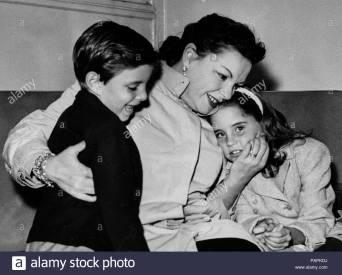 judy-garland-con-sus-hijos-lorna-y-joe-1960-papkdj.jpg
